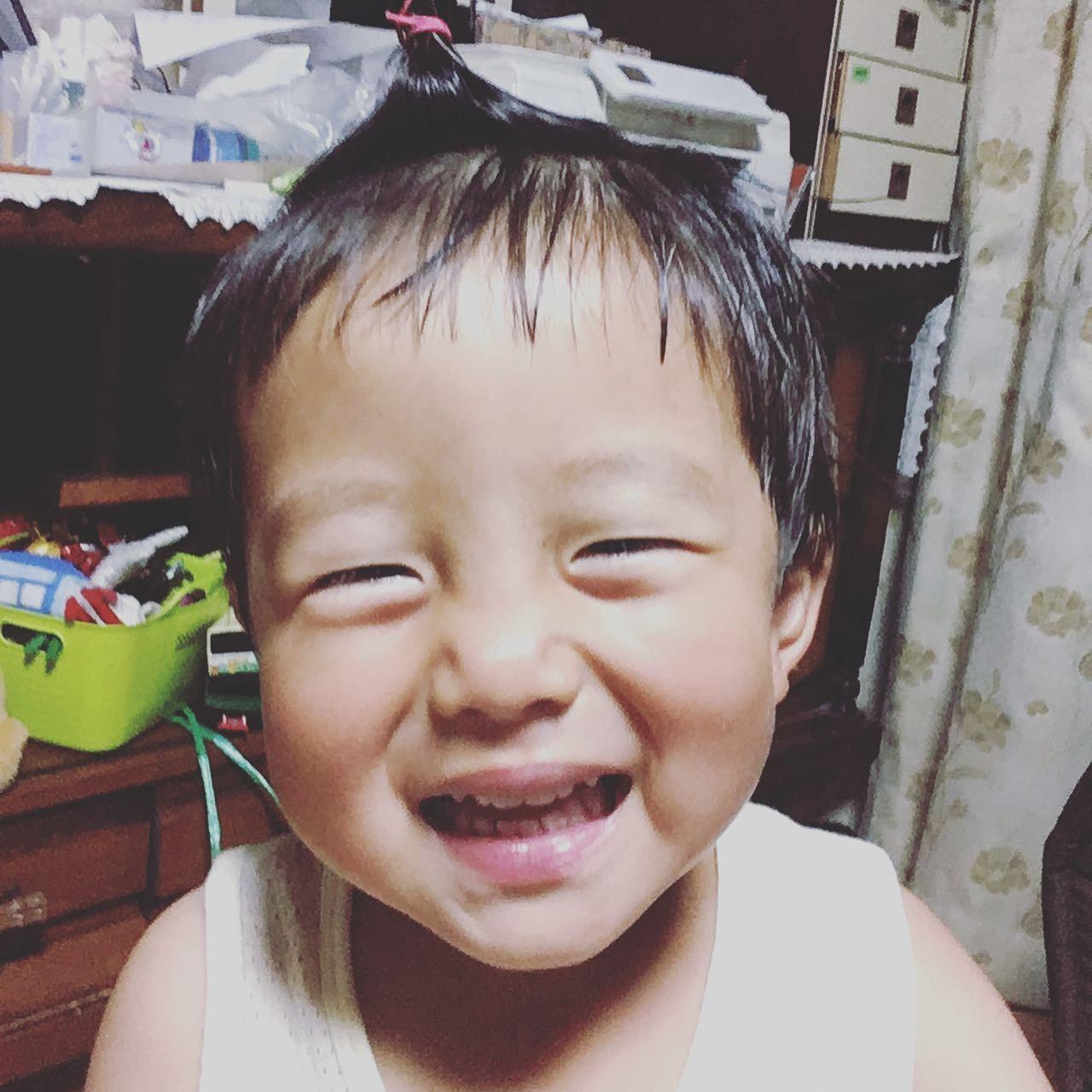 息子が作り笑顔をするようになりました。いい感じに世の中に染まってます。雨の休日お疲れ様でした!夜中に卵蒸しパン作りたくなって味見した罪悪感かかえて寝ます。