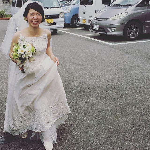 教会の中では和やかに二次会の始まり。乾杯の発声。そのころ花嫁は外にいました。 (式が押したからとにかく会を先に進めたかった模様)