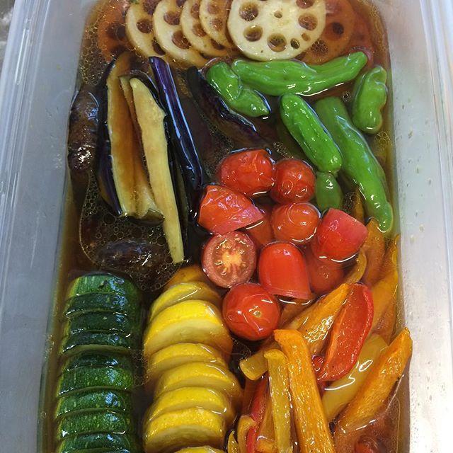 和朝食の時にお出しする揚げ浸し、夏野菜が終わりかけるためもうこの彩は来年までみれないのかな。まだいけるか。
