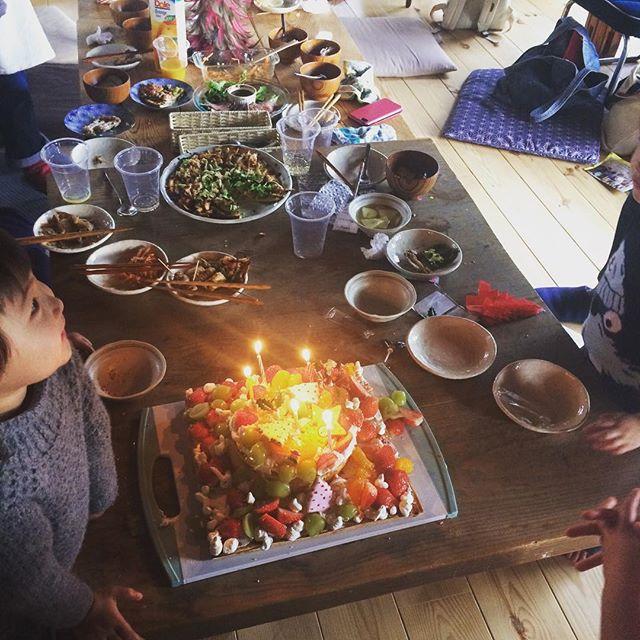 赤石商店でクリスマスパーリィ。もみの木じゃなくて杉の木だったしケーキは半分手作り半分市販。飾りつけは子供達にやってもらって立派なケーキができました。