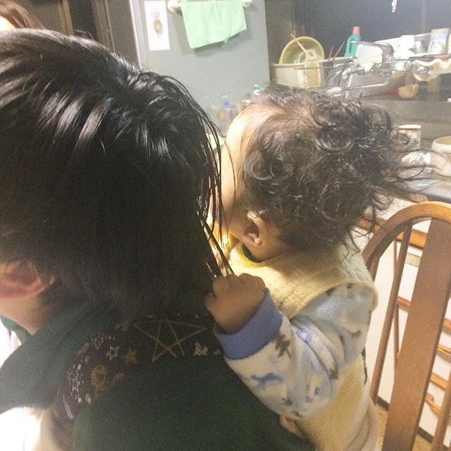 おわかりいただけるだろうか。拓次がぎゅーぎゅーとわたしの髪の毛を引っ張りアルシンド寸前です。そして拓次の髪型が止まることを知りません。