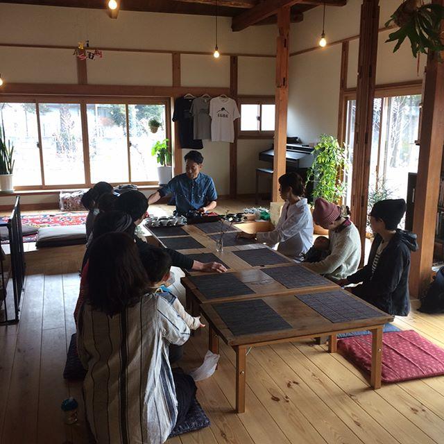 4月から月火でお店をやってくれる日本茶の伝道師「いちえ」の試食会。女が集まるとあーだこーだが激しい。しかし静岡おでんと大福も美味しかったなぁ!そして自分で炒るほうじ茶。実は長野朝日放送も赤石商店の取材に来てました。今週日曜日朝9時から(放送は10時過ぎ?)てことなのでみれる方、動画よろしくお願いします。私たちはトーキョーです。#赤石商店 #いちえ