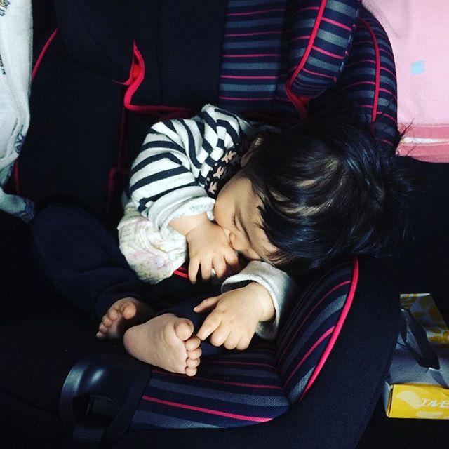 こんなダンゴムシみたいに丸まって寝れるの子供のうちだよな。
