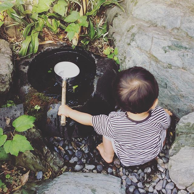 庭の一角にあるこの小さい水瓶が大好きすぎて朝からびちょびちょ諦めた。着替えさせる方がはやい。昨日テレビで、人は水とか土とか自然なものに触れると自律神経安定するとやってた。テレビとかゲームとかよりこやって遊ばせてたほうがいいよね、確かにね