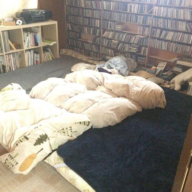 敷布団3枚も弾いて寝床作ってあるのに布団も人間も真ん中に集中して広々使えてない。 (夫は宿番不在だけど)