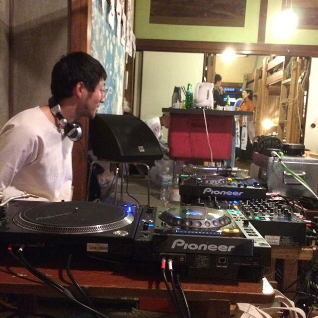 toco.7周年おめでとうございます!!!同年代が東京で頑張って始めた宿。今では全国に4店舗。私たちが宿を始める前にも話を聞きに行ったり、ライブに出かけたり、DJやらせてもらったりした。ゲストハウスっていう形を日本に広めたのは間違いなくここだと思う。本日お座敷DJ。久しぶりにとし君がDJやってるところ見たな〜久々の友達にもたくさん会えたし、雨もそんなに強くなかったからよかった〜 ※今回宿選び失敗!!布団で寝れるところ探したのにどデカイベッド置いてあるし、部屋の仕切りがないから子供がウロウロ落ち着かない。ふた部屋あるところ探したつもりだったのに間違えてワンルーム。子供が寝たからもう部屋真っ暗。※あしたの朝には台風さってふんだろーな。快晴の中水族館とか動物園とか行きたい!