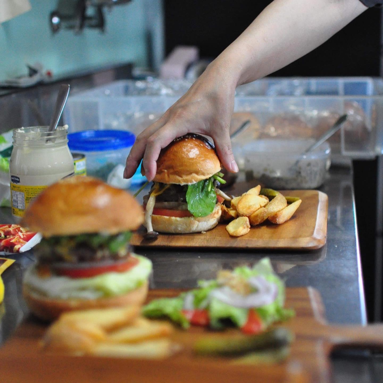 8月から毎週土曜日に食堂出店が決まりました。霜月バーガー @shimotsuki_burger です!商店に初めてやってきたときはモジモジして長野のどこに住みたいのかよくわからなくてえ?え?て感じが強かったのにあっという間に協力隊になってあっという間にうちで出店してくれることが決まりました。向いてるわ、ここの地域に。その霜月バーガーさん、なんで霜月なのか聞いてもうだつの上がらない答えでよくわかりませんでした。そんな霜月バーガーさんの投稿がちょっと常軌を逸してるので少し時間できたらぜひ見てください。ネタはあるのに写真がないみたいでアレですが。今回は半額弁当についてでした。ドンミシ!!!#霜月バーガー#赤石商店Photo by @kmt_to
