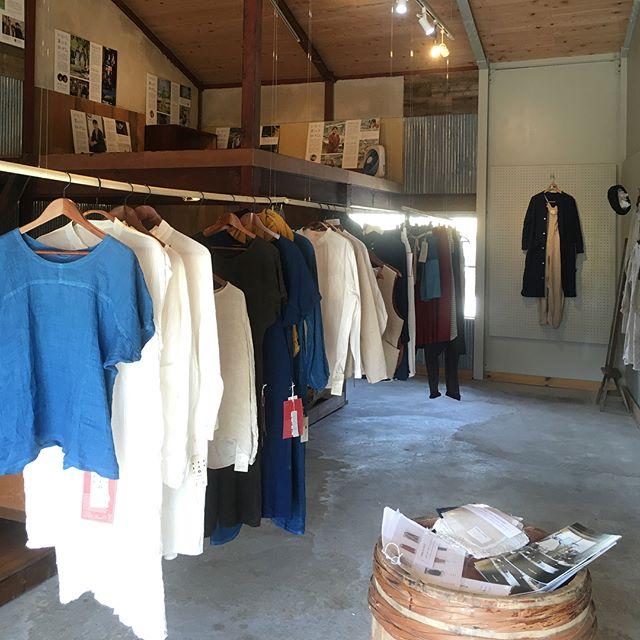 #とわでざいんポップアップ展示会が始まりましたー!! 子供達を追いかけ回してるうちにすごい素敵に仕上げてくれたひるま木工舎のヒルマン、さすがです。そして毎日のように来てくれたプロボランティア、ニートコジマにも拍手今日から10日間、赤石商店でやってますー!試着しに来てください◎#とわでざいん#赤石商店 #ランチもヨロシク#子供達マッパで走ってたらごめんなさい