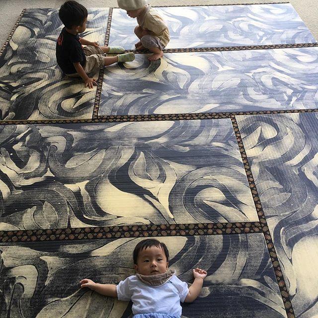 子連れ美術館の難易度の高さ…と思ったら貸切。高遠美術館の染めの展示へ。いっぱい載せると楽しみなくなるからあげないけど果てしない時間の積み重ねが見える布たち、圧巻でした。