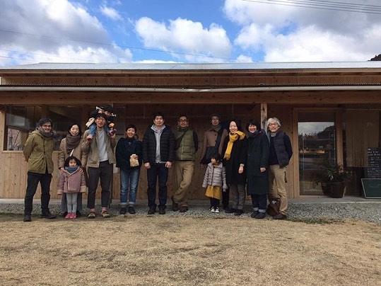 と言うわけで、徳島から帰ってきております。伊那チームと徳島県神山町の自主視察。西村さんのアテンド、神山への愛があったなぁ。私はばーばとほぼ毎日この「かま屋」付近でウロウロしてました。なんてゆーか、とてもよき空間と食。他産地食とFood Hub Project行政と民間の共同運営が理想的な空間を無理なく回している(のか?) 肝心のお話は夜が中心だったから聞けてないけど、この取り組みは羨ましい。私も関わりたい!取り組みの内容も大切だけど「美味しい」「心地よい」と感じられることが何よりも大切赤石商店。現在わたしは散らかす係りでしかないけど自分でできることが増えてきたら何できるかな。夫は色々インスピレーション受けてアレコレしようとしてるけどまずは確定申告な!!! 初めて訪れた土地だけど愛着が湧く土地だった。西村さんが最後に「お願いしたいことがある」といって渡してくれた紙袋に、芝生に転がった石をみんなで拾い出して終われた。大地を触って終われたのがうれしかった。