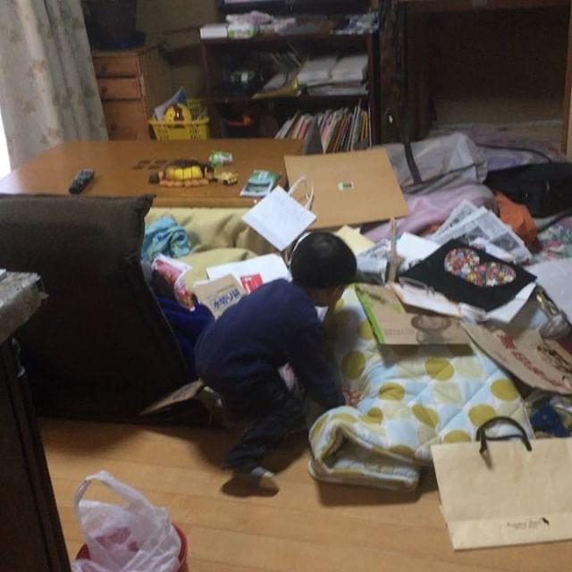 布団をすべて引っ張り出し、ゴミ袋をすべて投げ捨てて遊んでる#お願いやめて#絶対片付けない