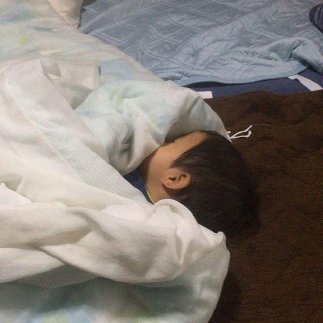 昼寝を起こされる弟の寝起きは良い。