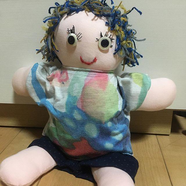 タイムラインみてていきなりこれが出たら恐怖でしょうよ。意外と保育園の針仕事があってな。これは未満さんが入園すると作る人形。マイ人形でおんぶしたり一緒に寝たりするみたい。顔歪んでるし髪の毛ももう手に負えない感じになってしまったが限界でした。洋服も結局手作り。東京時代の思い出、さゆりんからもらってきてたマーグラフのTシャツをリメイク。ズボンは前作ったのを丈詰めして。Tシャツが意外とシュールな色合いになってしまったけど拓ちゃん気に入ってたしいいとしよう。さて、次はプールの準備な…